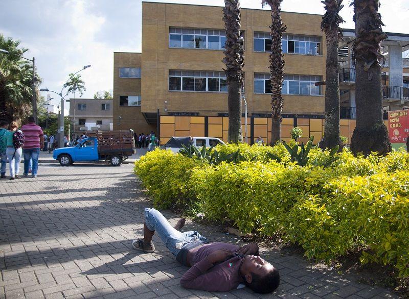 Niños estudian entre habitantes de calle