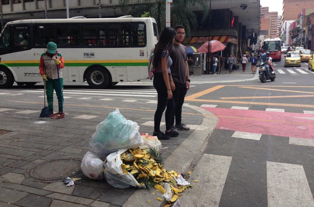 Aceras y basureros, al mismo tiempo