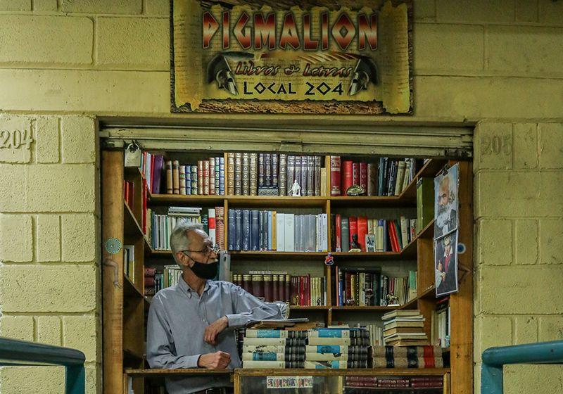 Libros leídos, un arte que también es negocio en el centro de Medellín