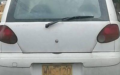 Carro abandonado sobre vía pública