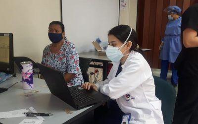 Voluntarios de Uniremington apoyan vacunación en Medellín