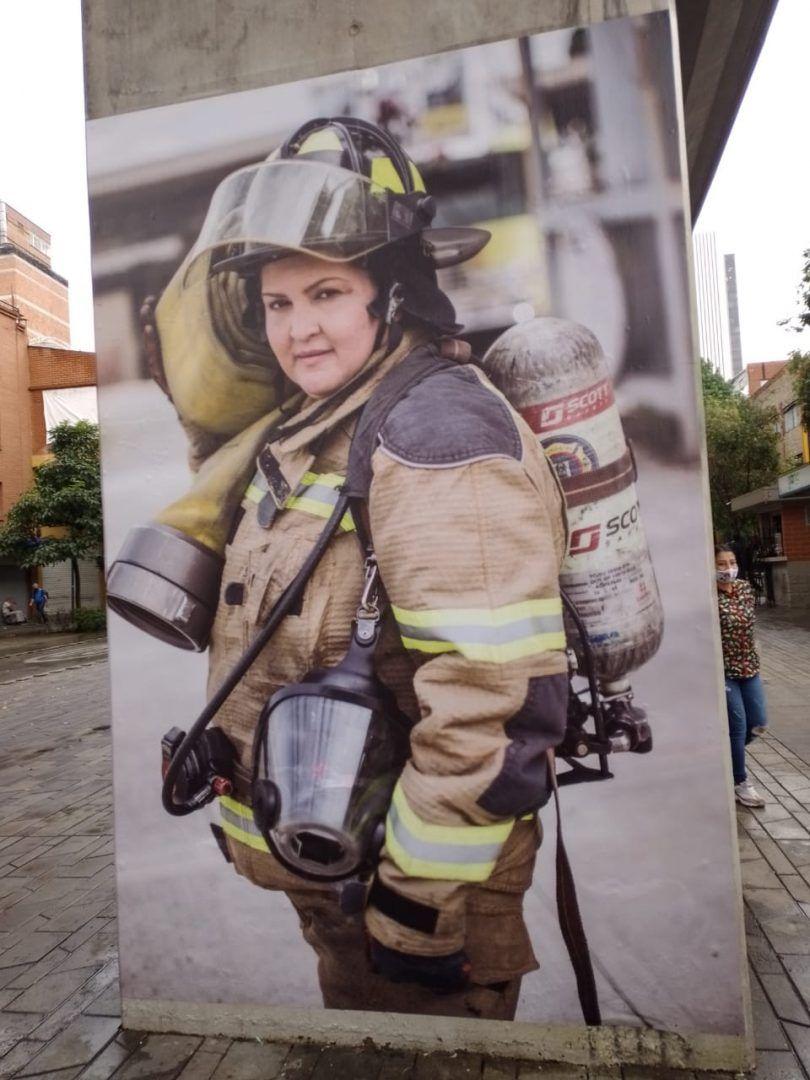Exposición fotográfica mujeres que salvan vidas metro centro de medellín