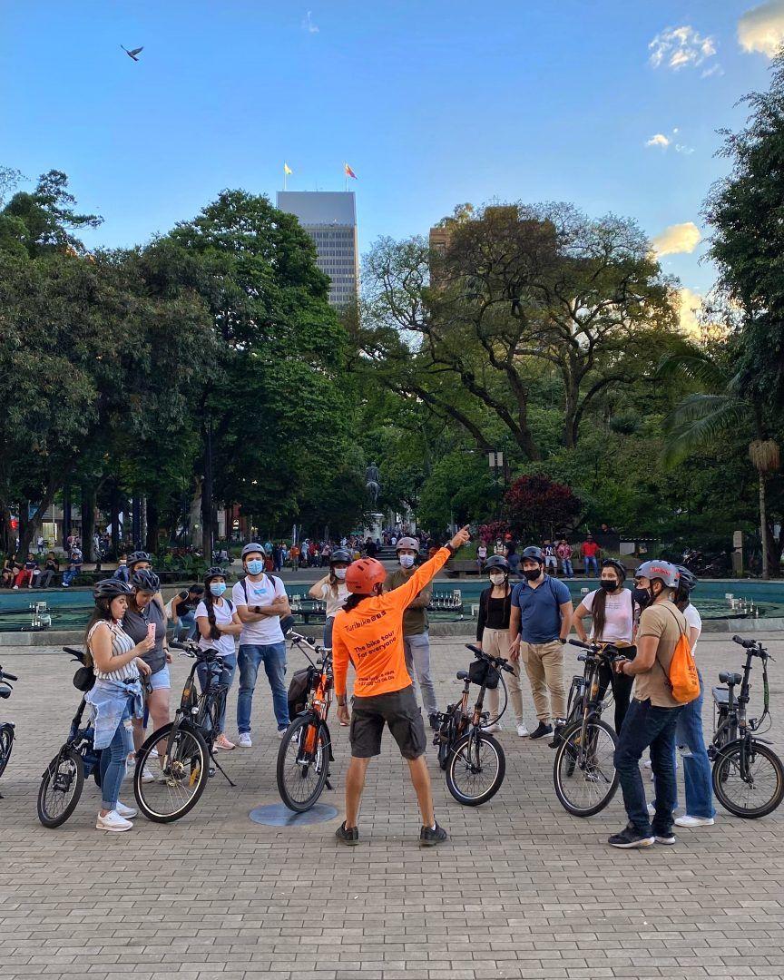 Al centro en bicicleta