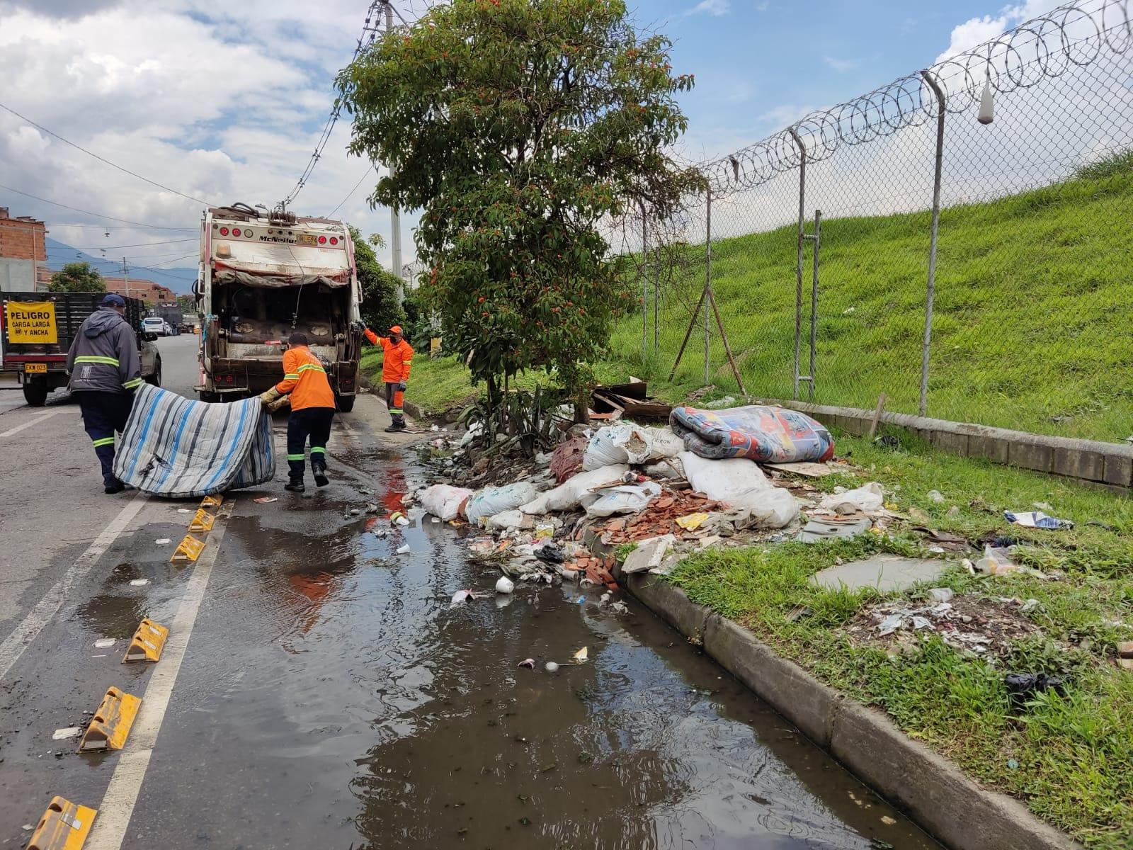 Huecos y escombros en la vía.
